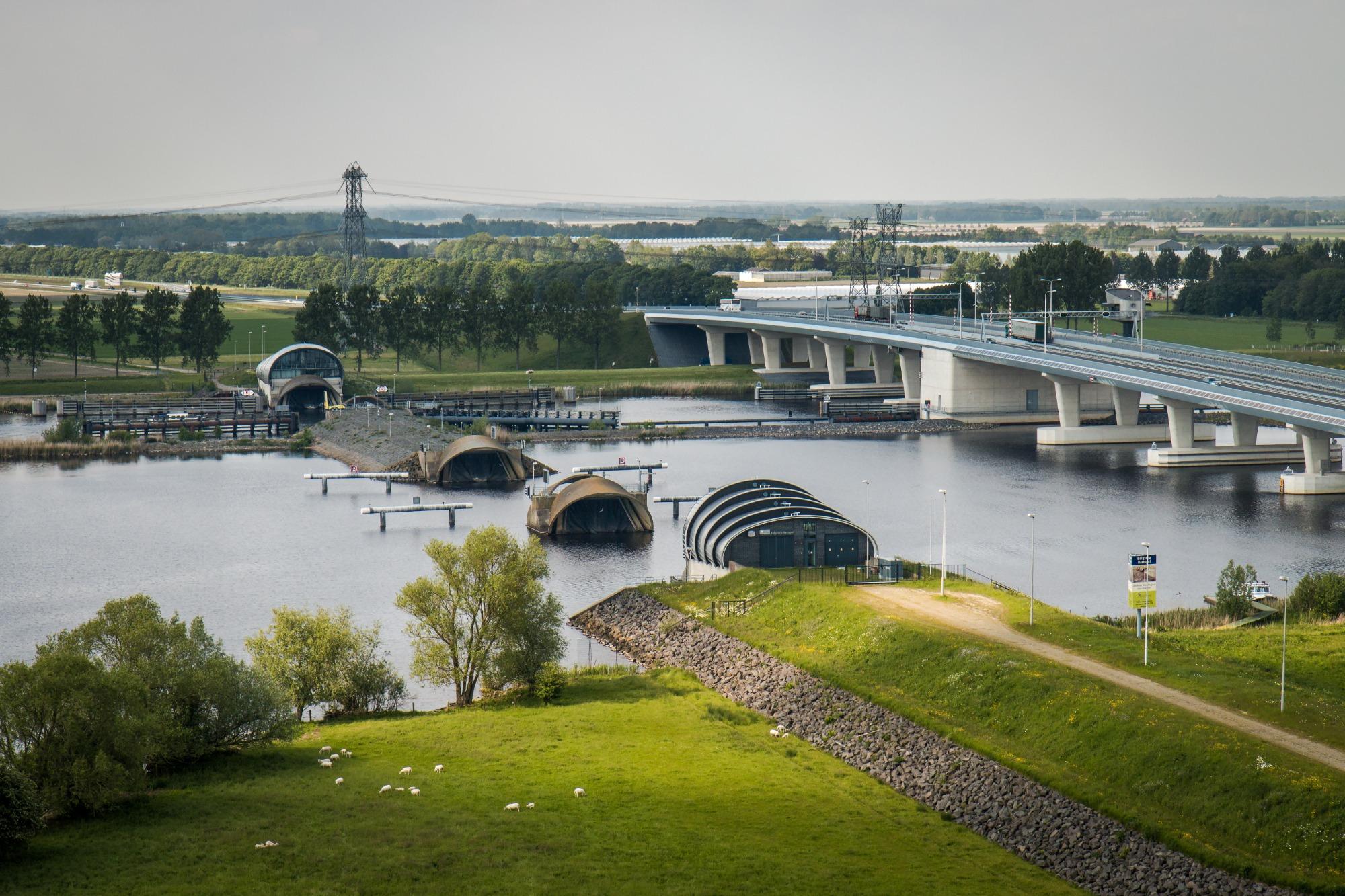 Rijkswaterstaat inspecteert week lang stormvloedkering Ramspol