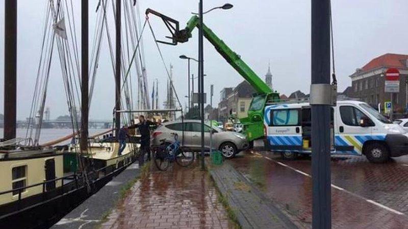 Auto belandt op scheepsdek