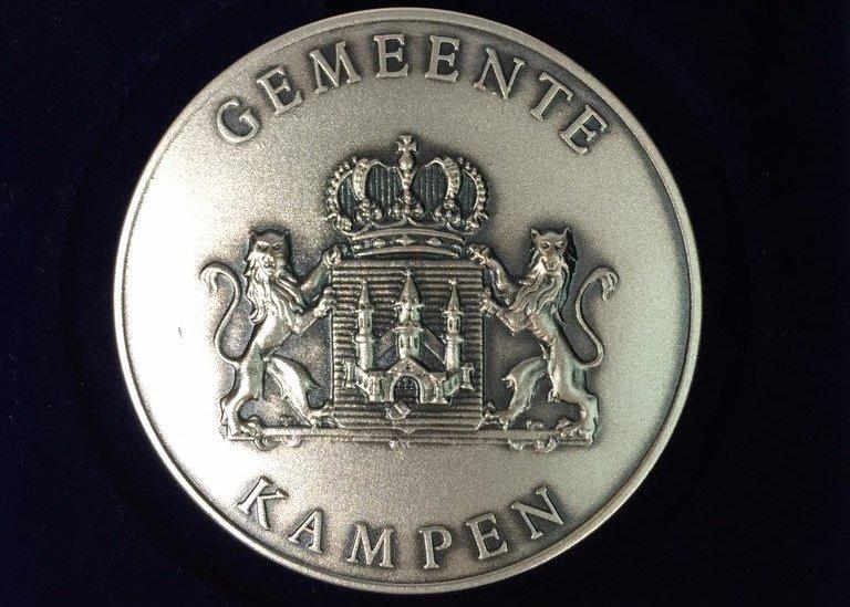 Zilveren legpenning van de gemeente Kampen voor de heer G.J. Brouwer