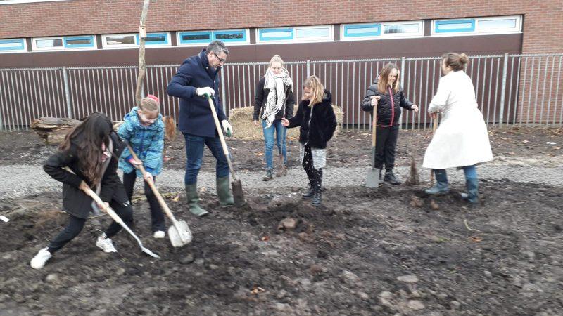 Leerlingen Willem van Oranjeschool planten Tiny Forest aan