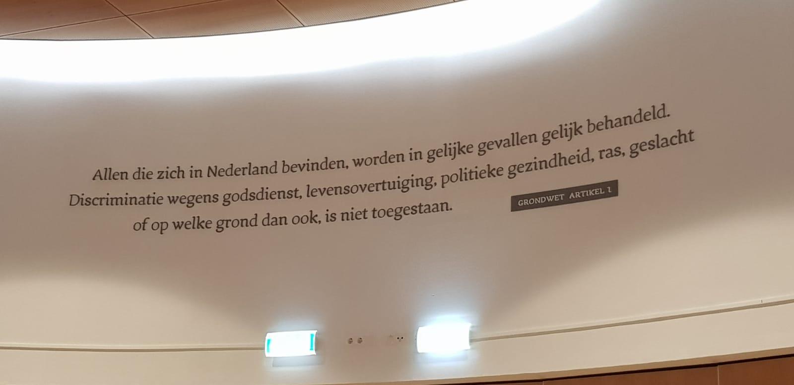 Raadsleden gemeente Kampen geven artikel 1 van de Grondwet prominente plek in raadzaal stadhuis