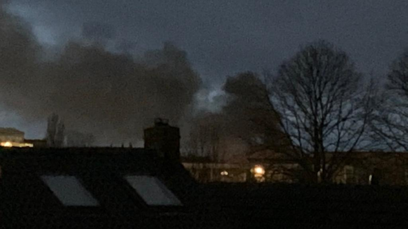Grote brand op industrieterrein Kampen, politie zegt blijf thuis!