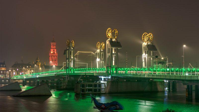 Stadsbrug kleurt groen tijdens Nacht van de Nacht op zaterdag 30oktober