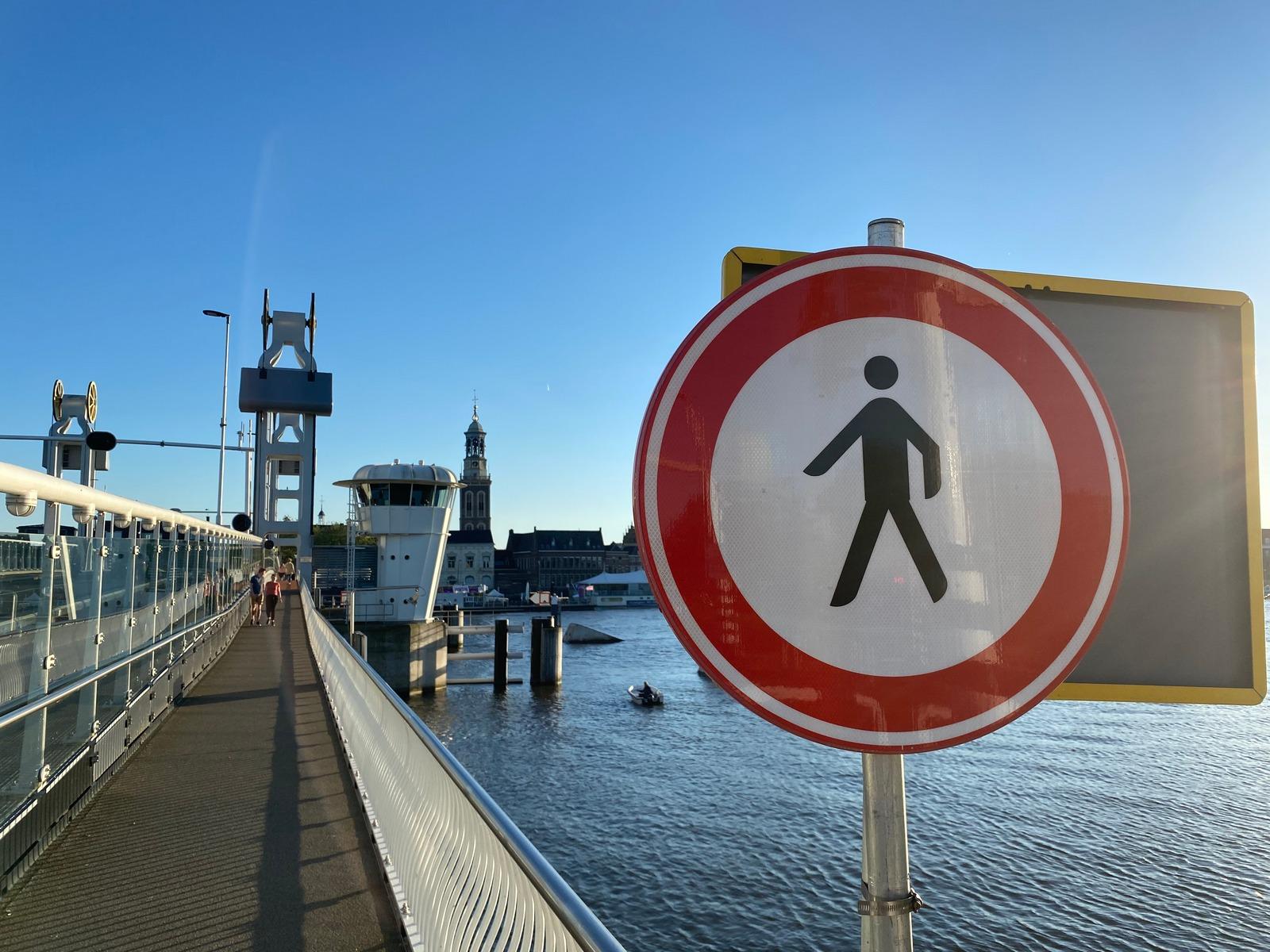 Kampen Sociaal wil van eenrichtingsverkeer voetgangers Stadsbrug af