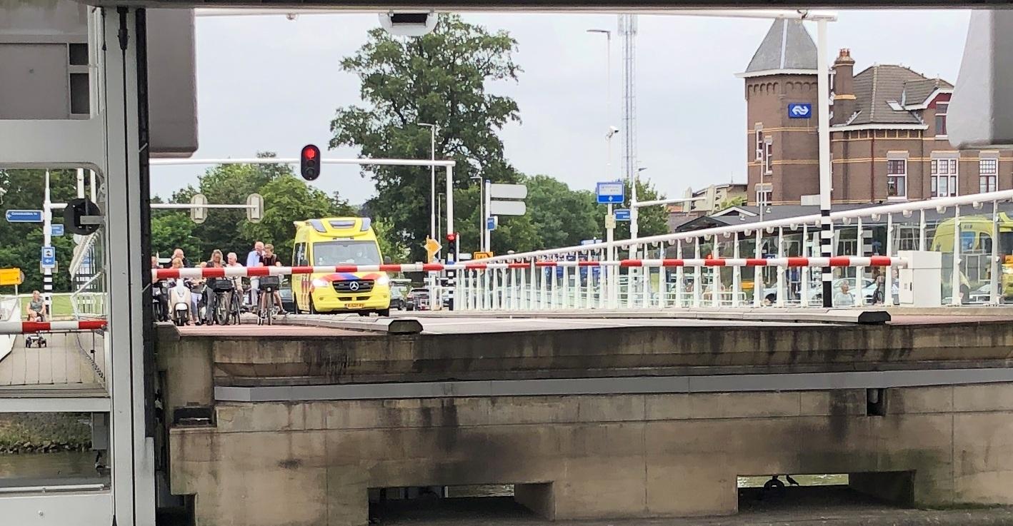 Ambulance staat te wachten voor een open brug, hoe kan dat?
