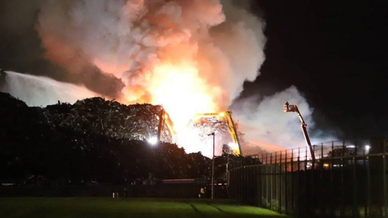 Zeer grote brand bij Hoeben metaal in Kampen (Video)