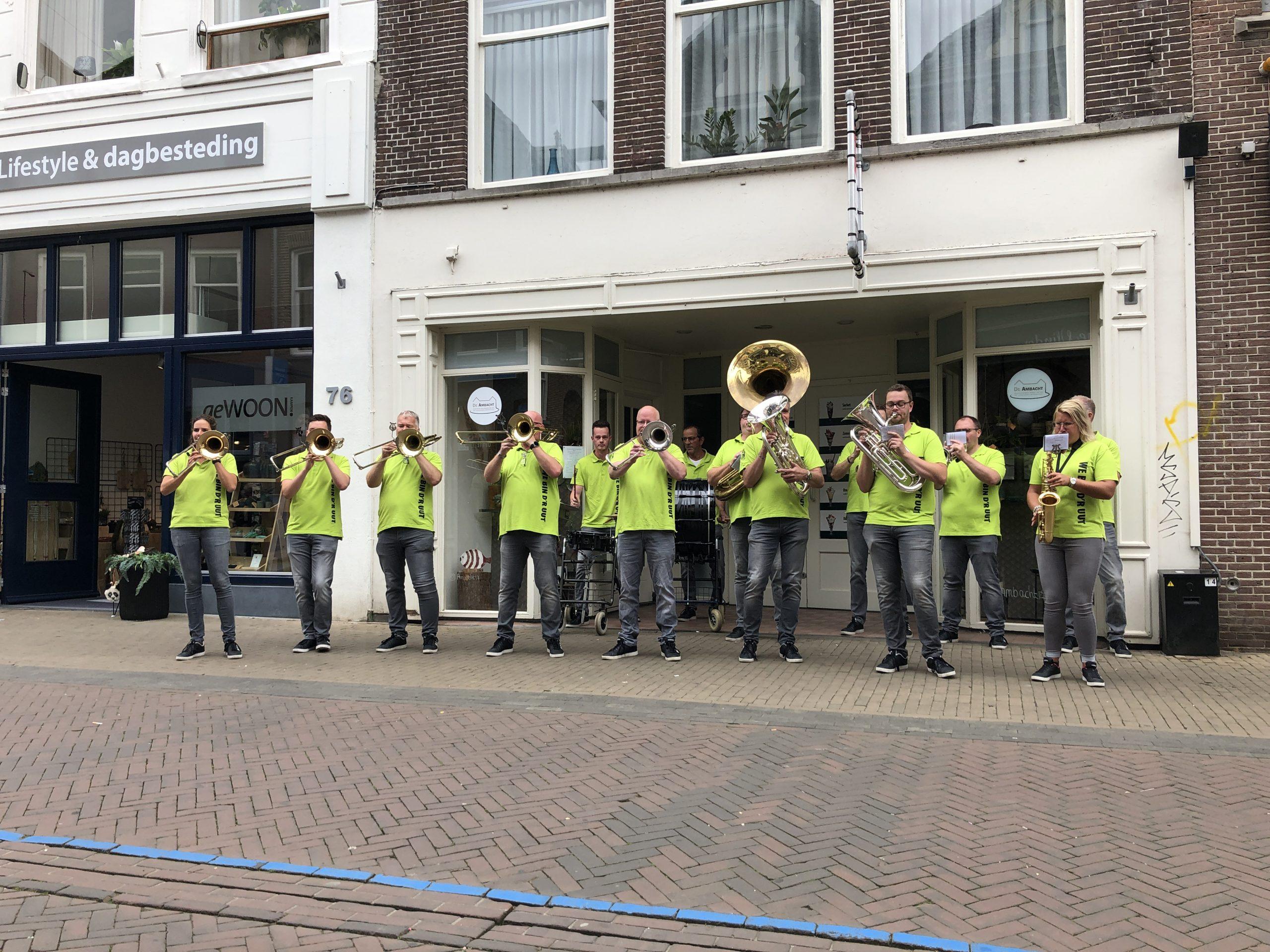 Blaasorkest We Bin D'r Uut zorgt voor sfeer op Kamper Oudestraat