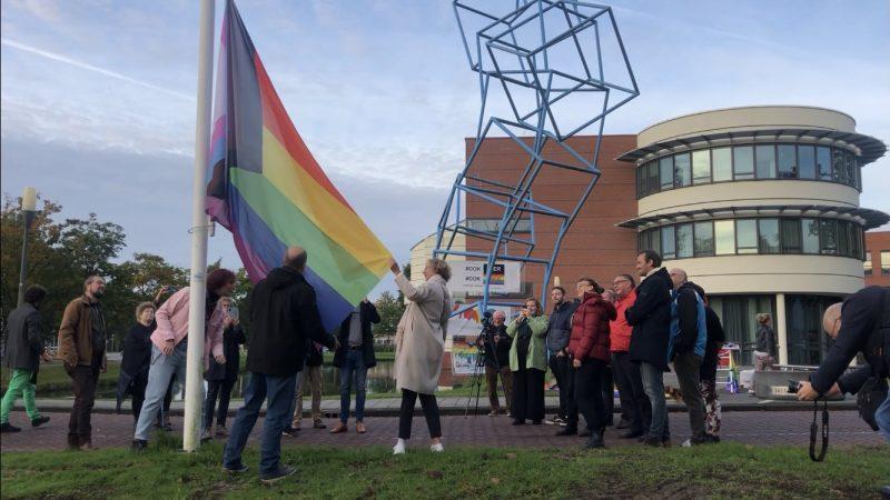 Regenboogvlag wappert tijdens Coming Out Day